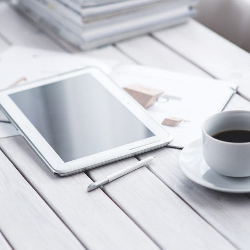 белый стол с планшетом