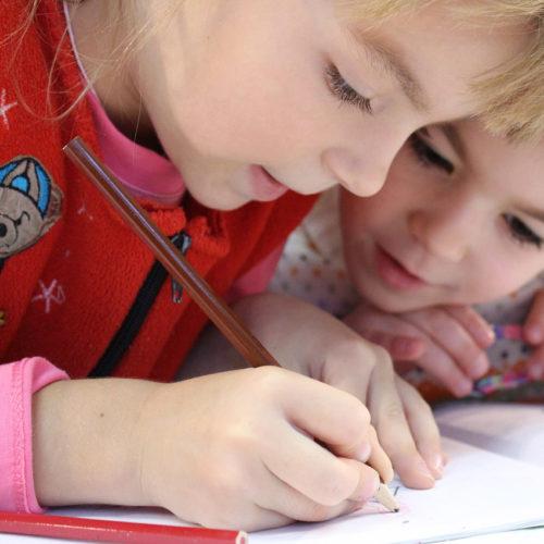 дети пишут в тетради
