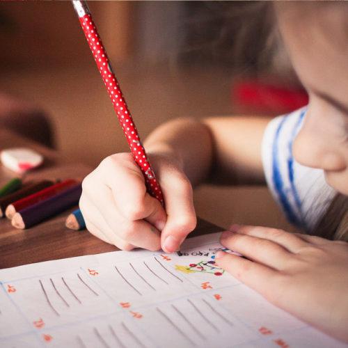 ребенок пишет карандашом